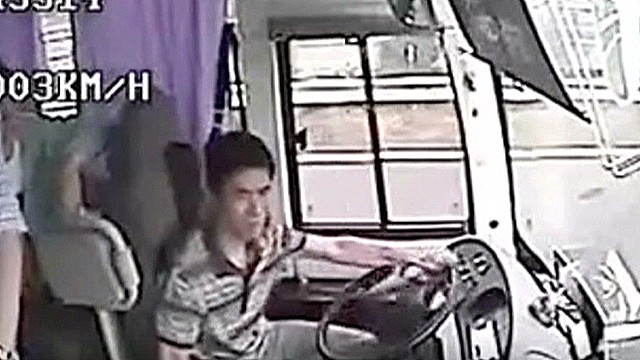 erin cctv captures shocking bus crash_00002001.jpg