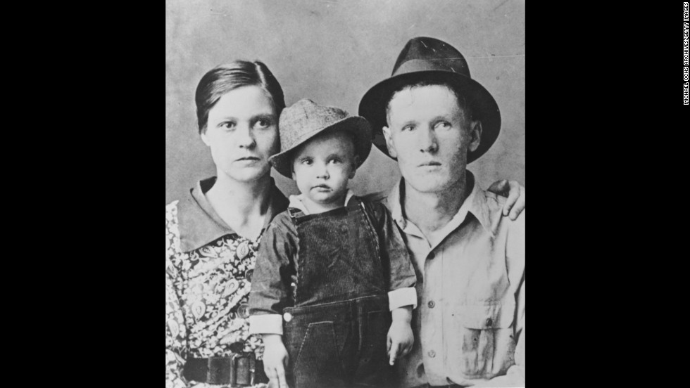 Elvis poses for a family portrait with his parents Gladys Presley and Vernon Presley in Tupelo, Mississippi, in 1937.