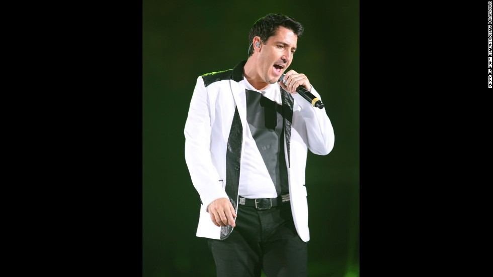 "Fans are usually ticked when a performer pulls out of a gig, but when Jonathan Knight did it in April 2013, concertgoers were just concerned. The New Kids on the Block member, seen in July, was performing in New York with his reunited bandmates when some of the audience began to notice that Jon was ""visibly out of sync"" with the rest of the group. When the other members tried to encourage him to sing, he lost his nerve and <a href=""http://www.cnn.com/2013/04/05/showbiz/music/jonathan-knight-walks-off-concert"">walked off stage</a>. Later, Jon tweeted a simple apology to his fans: ""I'm sorry......"""