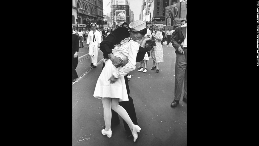 Alfred Eisenstaedt's photograph of an American sailor kissing a woman in Times