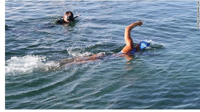 Diana Nyad logró su cita con la historia en el quinto intento este lunes, cuando terminó de cruzar de Cuba a Florida.