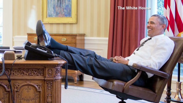 tsr moos obama foot on presidential desk_00021116.jpg