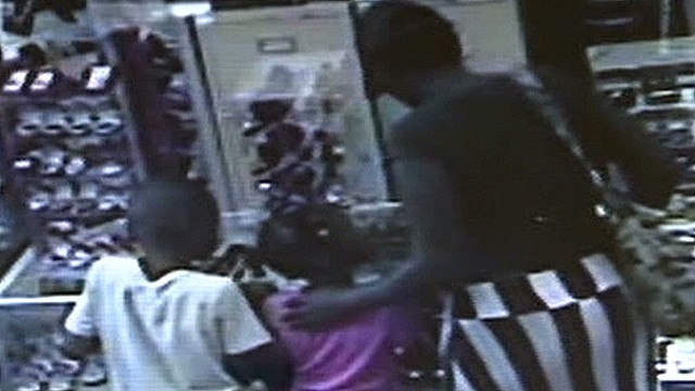 il kids caught on camera helping to steal jewelry_00011129.jpg