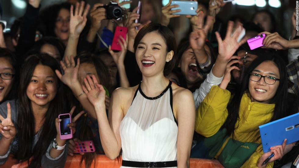 "Actress Han Hyo-joo gets close to fans the ""Cold Eyes"" premiere on Friday, September 13."