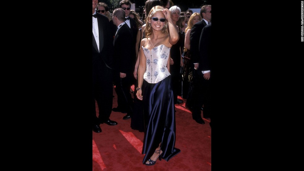 """Buffy the Vampire Slayer"" star Sarah Michelle Gellar channeled some of her character's California cool on the red carpet of the 1998 Emmys."