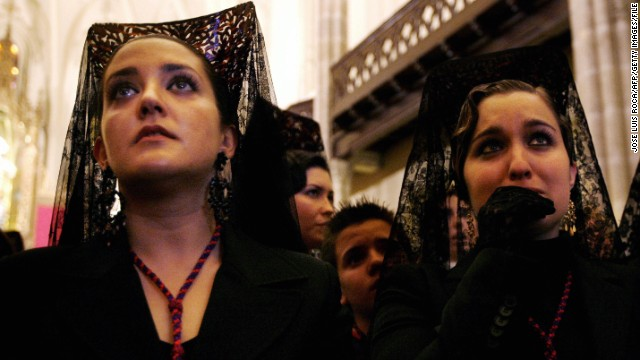 Granada, SPAIN: Women dressed in a traditional mantilla wait in the church 04 April 2007 for the start of the 'Cristo de los gitanos' brotherhood procession in Granada, southern Spain, during the Holy Week. The procession was cancelled due to bad weather conditions.  AFP PHOTO / JOSE LUIS ROCA