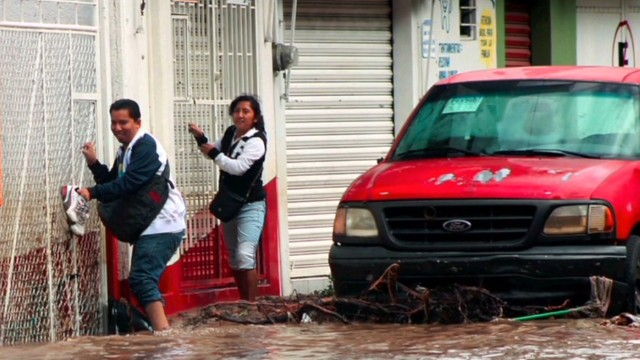 Deadly storms pelt Mexico, trap tourists
