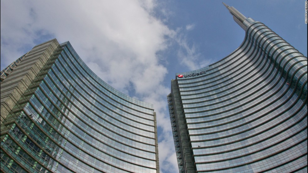 UniCredit Tower is the headquarters of UniCredit Bank. At 218 meters, it's Italy's tallest building and can be seen from six miles away. The building's facade uses LED lights to change color. <strong><br />Architects</strong>: Pelli Clarke Pelli Architects; Adamson Associates Architects, Tekne S.p.A.