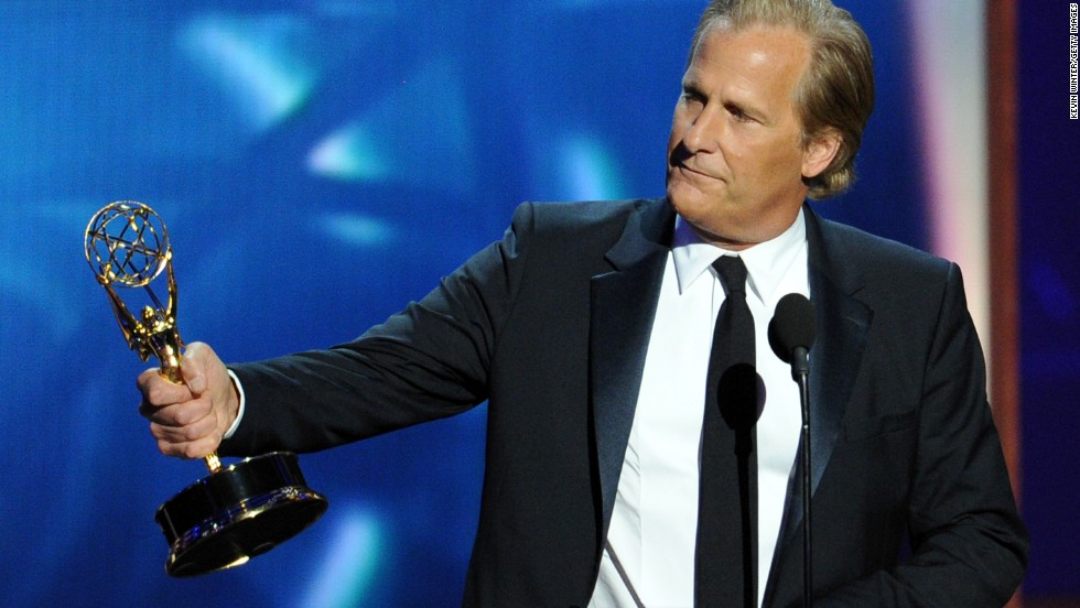 "Jeff Daniels of ""The Newsroom"" accepts the award for outstanding lead actor in a drama series."