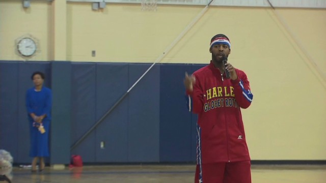Harlem globetrotter visits school Cuomo good stuff _00012709.jpg