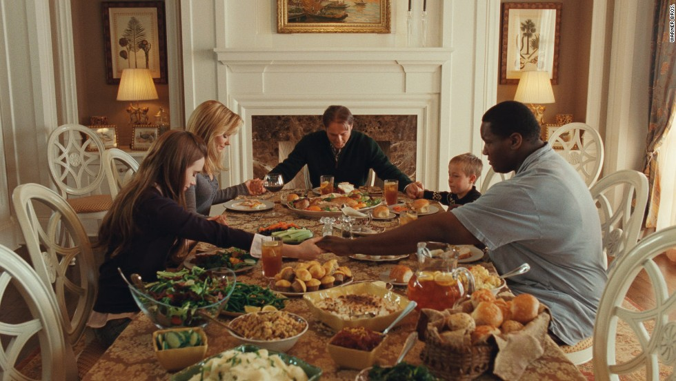 "Lily Collins, Bullock, Tim McGraw, Jae Head and Quinton Aaron say grace in a scene from ""The Blind Side."""