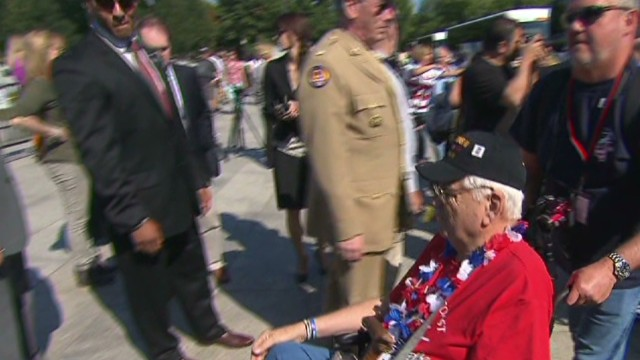 Vets ignore shutdown, visit war memorial