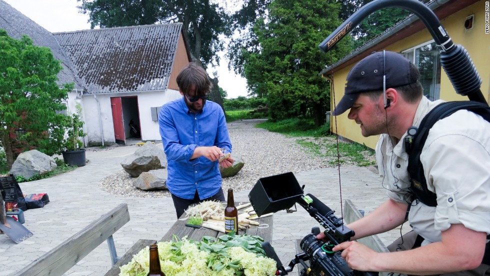 Redzepi prepares freshly picked asparagus for the group's farm-sourced lunch.
