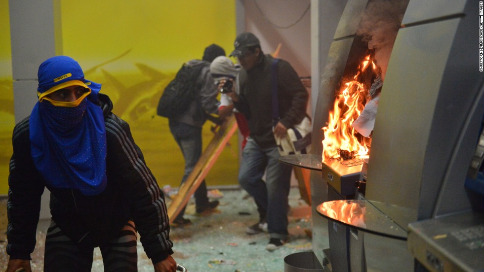 Violence and property destruction emerges amid October 7 demonstrations in Rio.