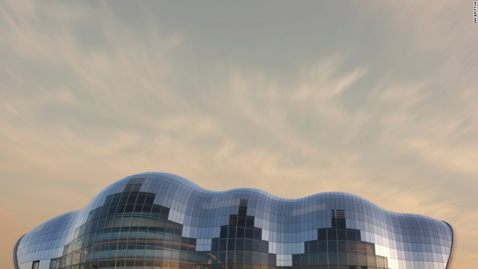 Under its curved glass mantle, The Sage Gateshead houses three concert halls of varying size, all equipped with high-end technology. Since its completion in 2004, the organically shaped event complex has been an attraction in itself around the English city of Newcastle.<strong>Architect</strong>: Foster + Partners