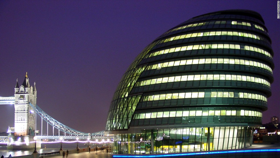 City Hall in London is the seat of the Greater London Authority and the Mayor of London. City Hall's oval shape has its root in the wish to build as sustainably as possible. The building's surface area is reduced, enabling a high level of energy efficiency.<strong>Architect</strong>: Foster + Partners