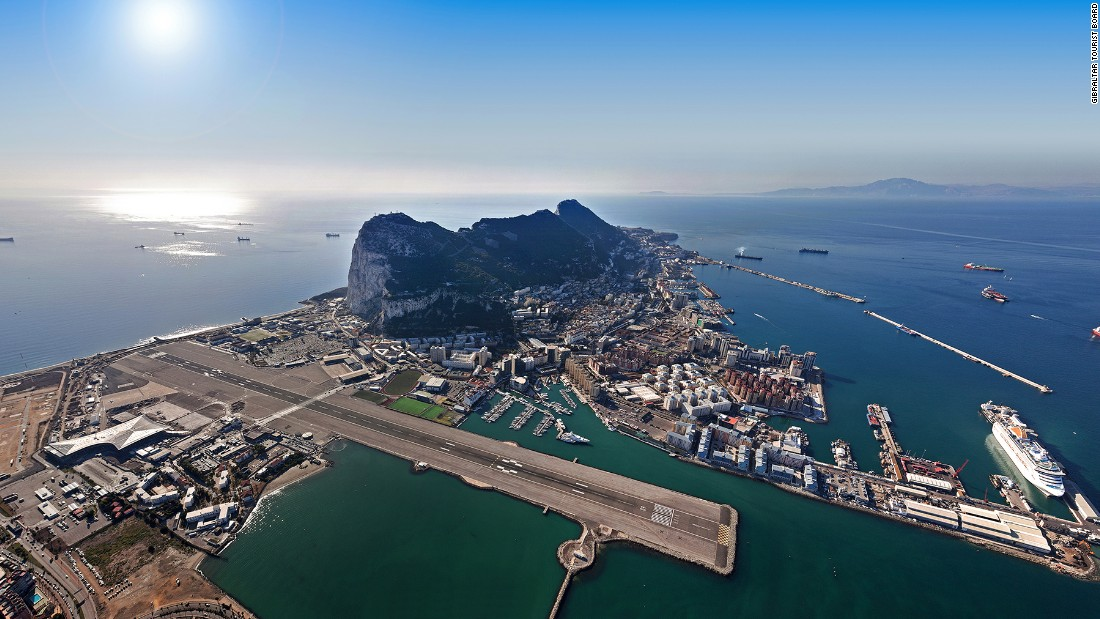 <strong>4. Gibraltar Airport:</strong> Located just 500 meters from the city center, Gibraltar's airport landing strip shares space with one of the peninsula's main roads. Pedestrians and cars on this British territory need to stop on either side of the runway every time an aircraft takes off or lands, says PrivateFly.