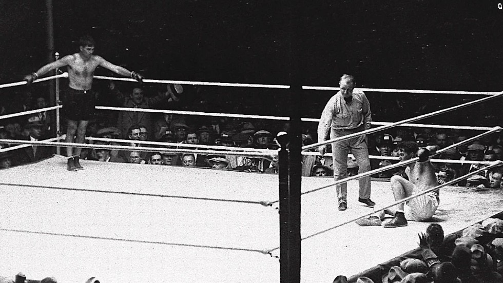 In September 1927, boxers Gene Tunney and Jack Dempsey met in a rematch. The year before, Tunney had beaten Dempsey to win the heavyweight championship. Tunney won the second fight, despite controversy over how long it took the referee to count while Tunney was down.