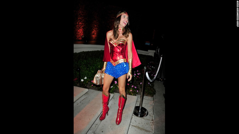 Just in case George Clooney doesn't know what he's missing, Elisabetta Canalis donned a Wonder Woman costume for an October 25 event.