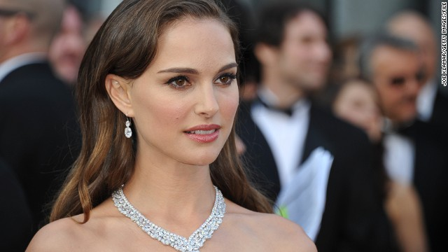 Actress Natalie Portman arrives on the red carpet for the 84th Annual Academy Awards on February 26, 2012 in Hollywood, California. AFP PHOTO Joe KLAMAR (Photo credit should read JOE KLAMAR/AFP/Getty Images)