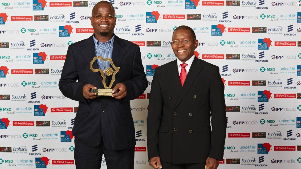 Lázaro Mabunda (left) from Mozambique, won the Portuguese Language General News Print Award and was presented the award by one of the competition judges, Arlindo Lopes.