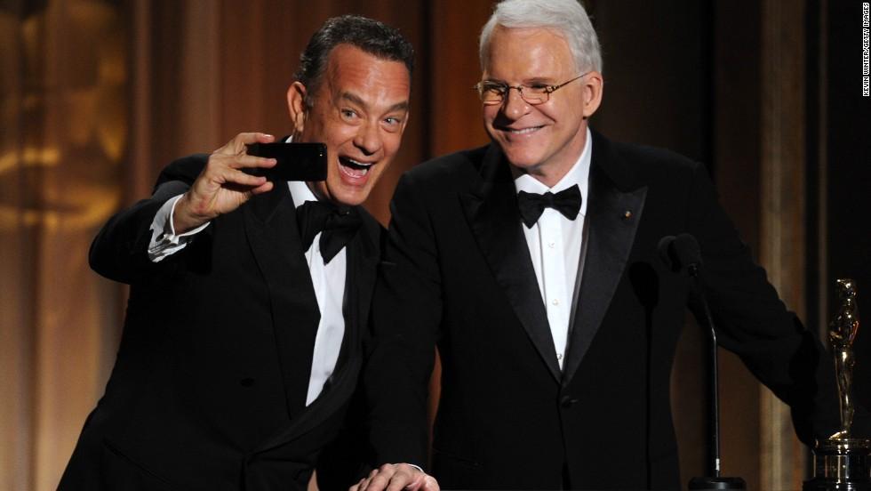 El actor Tom Hanks se fotografía a sí mismo junto al actor Steve Martin. 'Selfie' fue nombrada como la palabra mundial del año por el diccionario Oxford. Mira en esta galería más famosos tomándose 'selfies'.