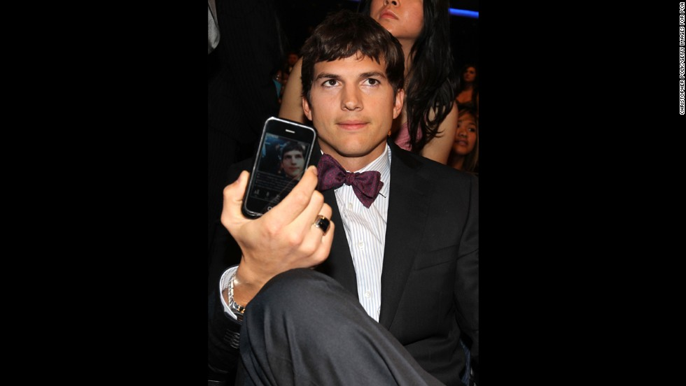 Actor Ashton Kutcher poses in the audience during the 2010 People's Choice Awards.