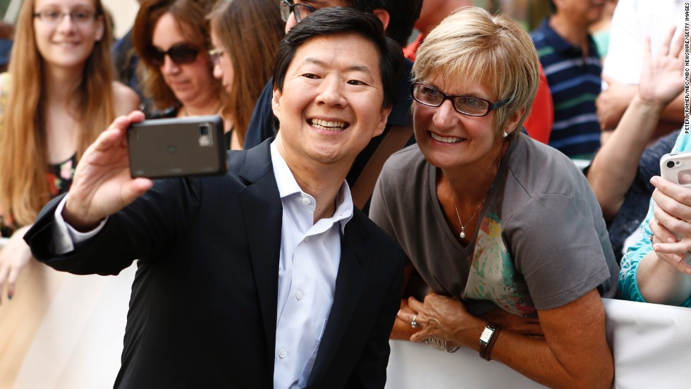 El actor Ken Jeong con una fan.