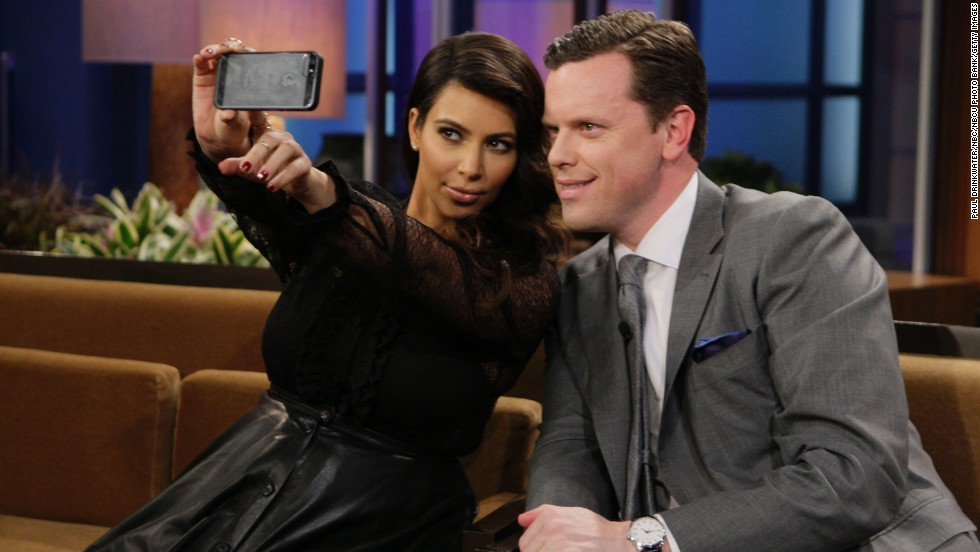 "Kim Kardashian y Willie Geist en ""The Tonight Show with Jay Leno."""