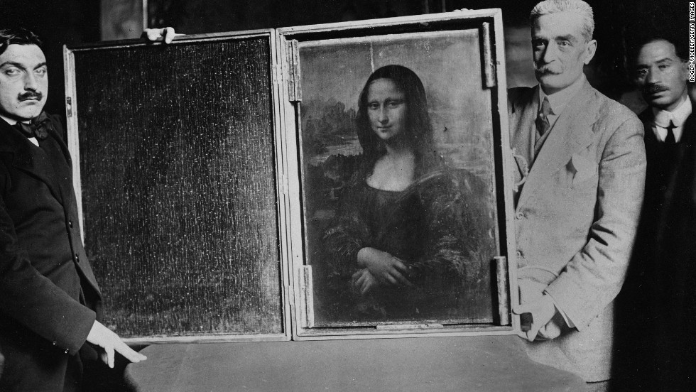 Two men carry the Mona Lisa back to the Louvre in January 1914.