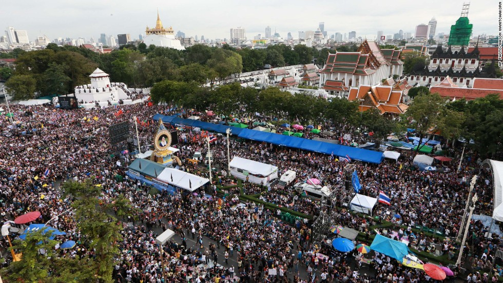 Tens of thousands of pro- and anti-government demonstrators massed in rival rallies in Bangkok on Sunday, as Thailand grappled with its most potent revival of street politics since bloody protests in 2010.