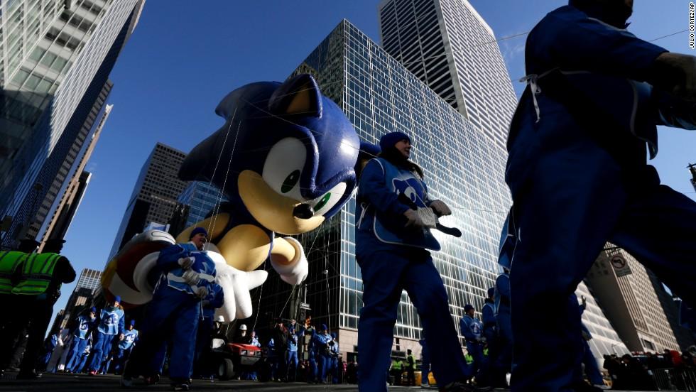 Sonic the Hedgehog flies between Manhattan skyscrapers.