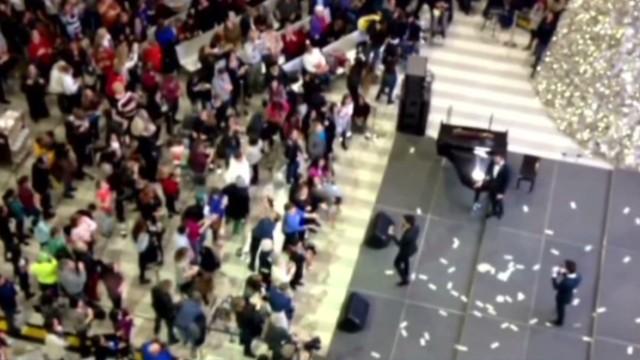 newday vo man throws 1000 dollars at mall_00001218.jpg