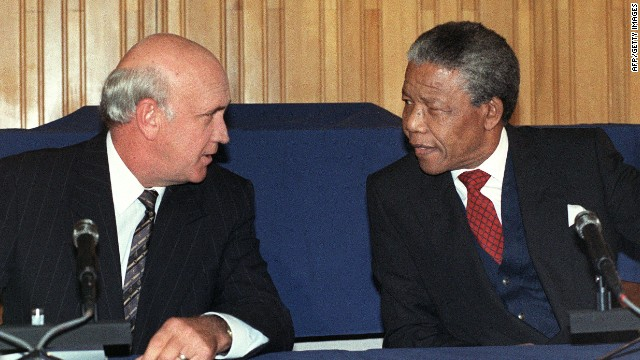 South African President F.W. de Klerk (L) and anti-apartheid leader and African National Congress (ANC) member Nelson Mandela speak on May  4,1990.