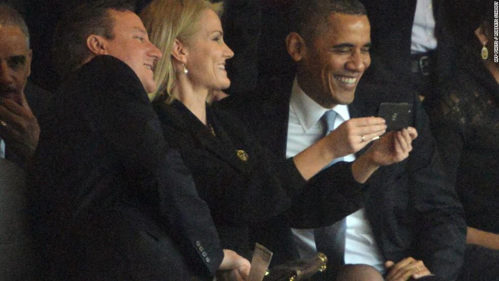 En el evento multitudinario de este martes, la primer ministro de Dinamarca, Helle Thorning-Schmidt tomó una selfie con el presidente de EE.UU. Barack Obama y el primer ministro británico, David Cameron.
