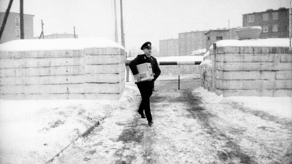 A Western zone officer, in front of the border crossing at Chausseestrasse, carries a box with the first passes. To be granted a pass, only those with close relatives in East Berlin, such as parents, children, siblings, grandparents, aunts and uncles, were eligible.