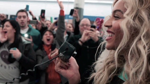 Beyoncé surprises holiday shoppers