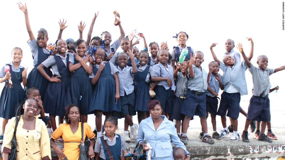 The children at Sandvoort's primary school didn't have access to books or computers before the new library opened.