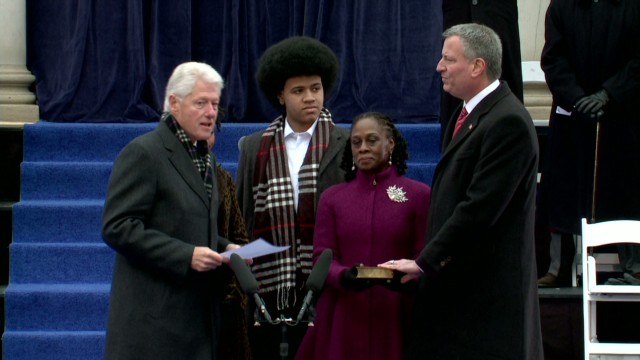 Clinton swears in new NYC mayor