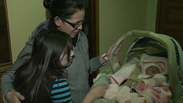dnt 9-year-old helps mom deliver baby _00012303.jpg