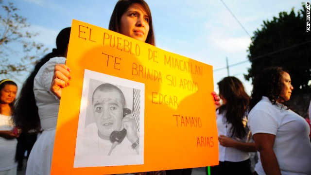 """In this Jan. 19, 2014 photo, a woman holds up a sign showing a photo of Texas death-row inmate Edgar Tamayo that reads in Spanish """"The town of Miacatlan offers you our support, Edgar Tamayo Arias"""" during a protest demanding Tamayo's pardon in his hometown of Miacatlan, Mexico. Lawyers for 46-year-old Edgar Tamayo are suing Gov. Rick Perry and the Texas Board of Pardons and Paroles, challenging what they argue is an unfair and secretive clemency process in Texas. Tamayo is set for lethal injection on Wednesday, Jan. 22 in Huntsville. (AP Photo/Tony Rivera)"""