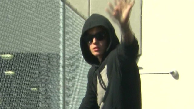 vo justin bieber waves leaving jail_00001129.jpg