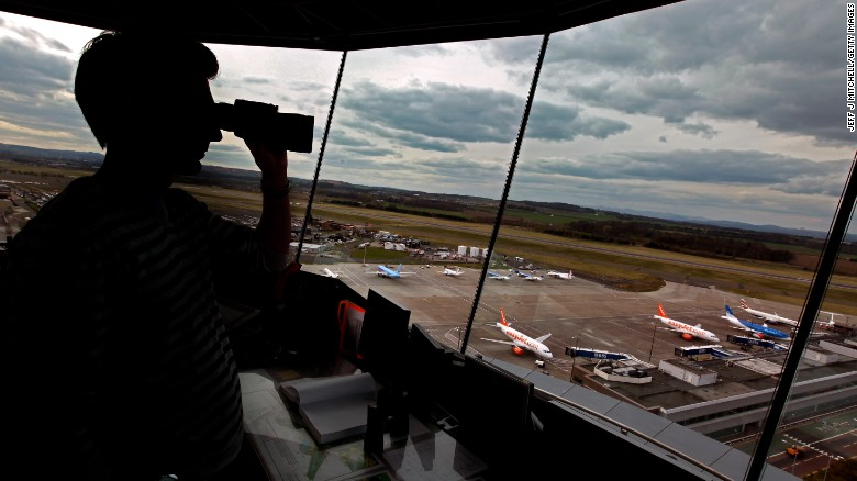 Pilots, Congress weigh on Trump's plan to privatize air traffic control