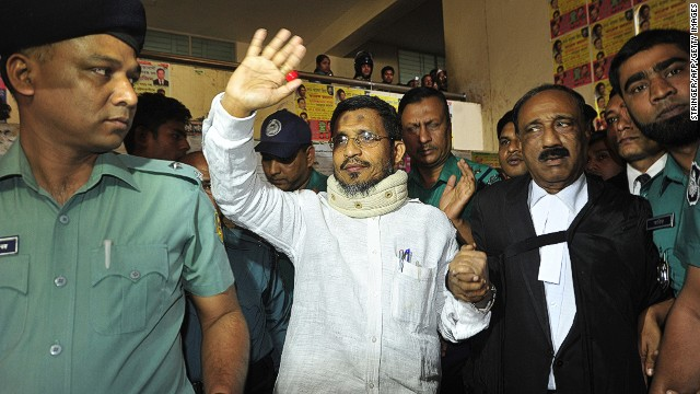 Bangladesh ex-home minister Lutfozzaman Babar (center) waves in a court in Chittagong on January 30, 2014.