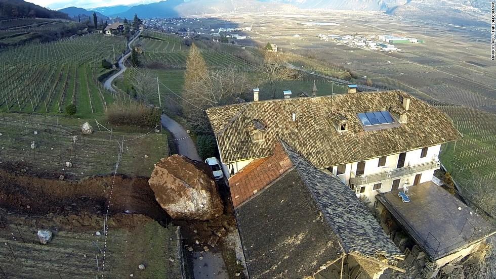 Una roca quedó al lado de una casa de campo en el norte de Italia el 23 de enero, dos días después de que un derrumbe arrojó varias rocas grandes cuesta abajo. El granero adyacente no tuvo tanta suerte.