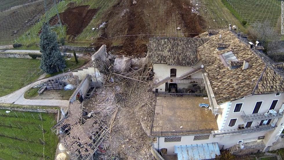 Una roca rodó directamente a través de un granero de 300 años de edad, dijeron las autoridades.