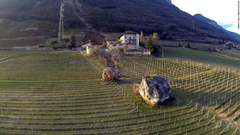 La roca que destruyó el establo, a la izquierda, quedó en el viñedo. La roca de la derecha fue de un deslizamiento de tierra mucho mayor.