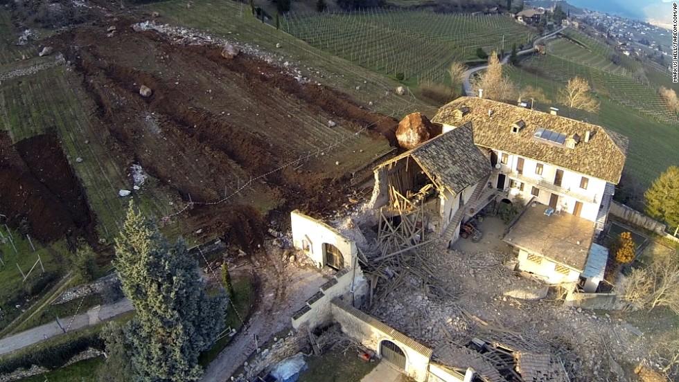 Las autoridades estiman que entre 3.000 y 4.000 metros cúbicos de roca se desprendieron de un acantilado cercano durante el deslizamiento de tierra.