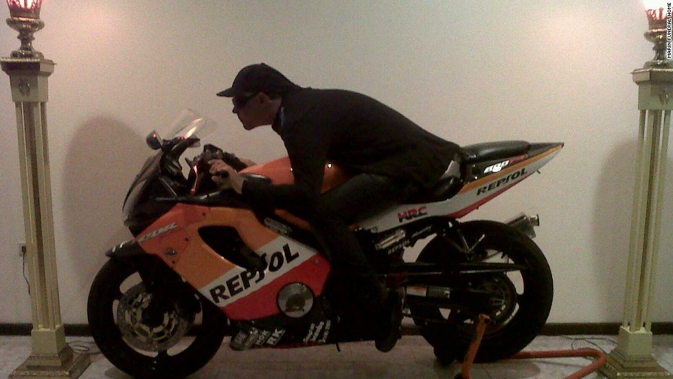 En este velatorio en 2010, el fallecido estuvo sobre una motocicleta.