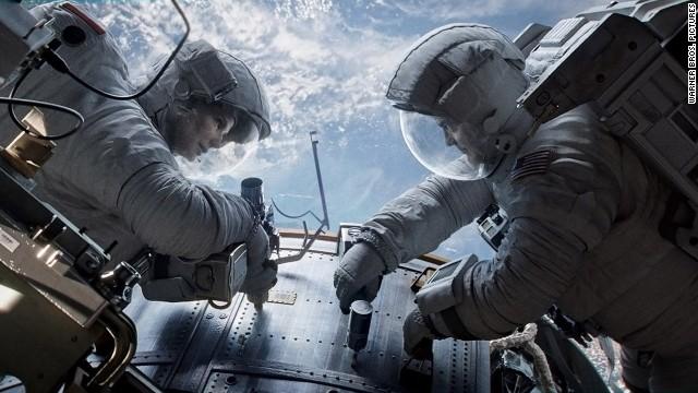 © 2013 - Warner Bros. Pictures Titles: Gravity Names: Sandra Bullock, George Clooney Characters: Matt Kowalski, Ryan Stone Still of Sandra Bullock and George Clooney in Gravity (2013)